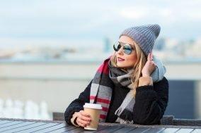 devojka pije kafu na otvorenom