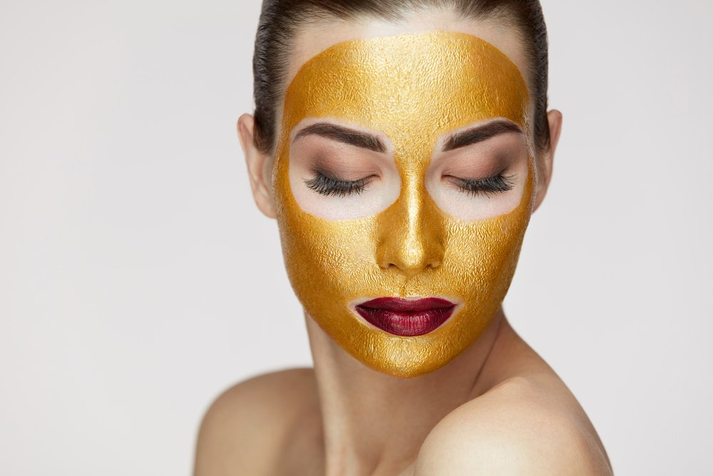 devojka sa zlatnom maskom na licu