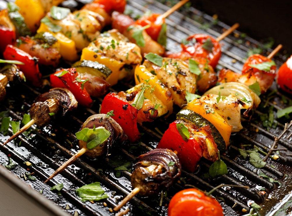ražnjić sa povrćem i mesom na roštilju
