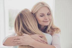 majka i ćerka se grle