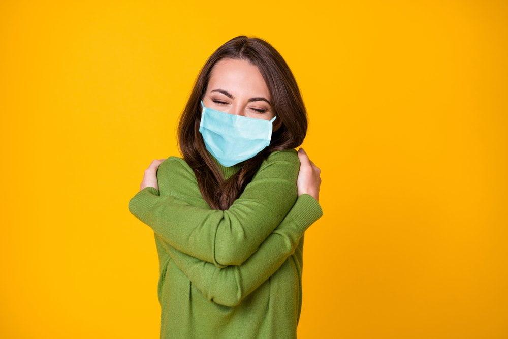 devojka grli samu sebe zbog pandemije