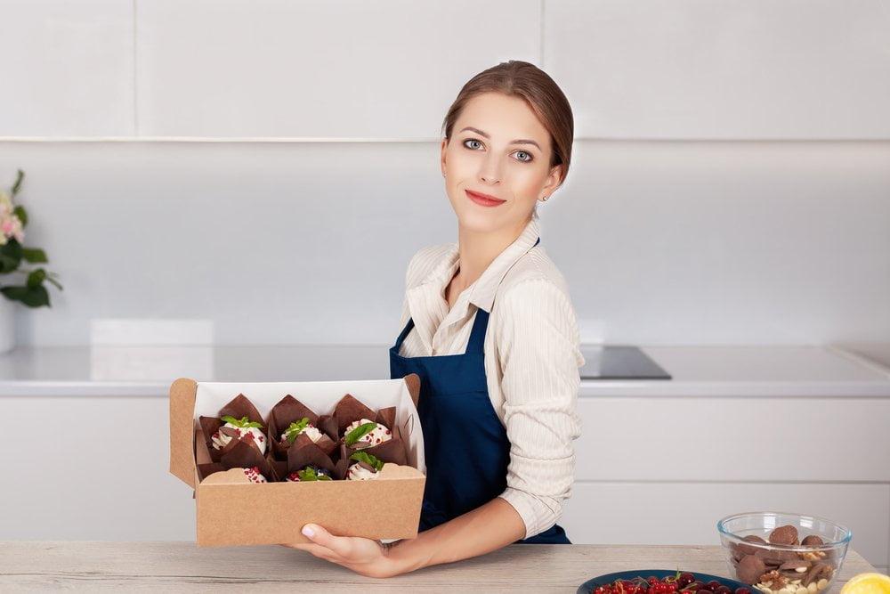 kuvarica drzi upakovane kolace