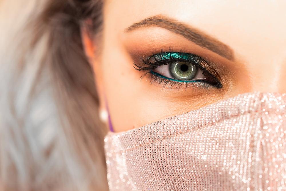 našminkane oči devojke
