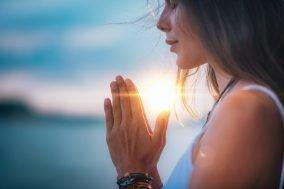devojka meditira na suncu