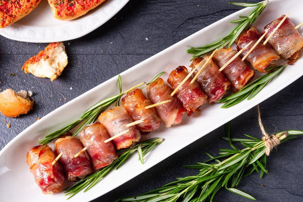 urme umotane u slaninu servirane na poslužavniku