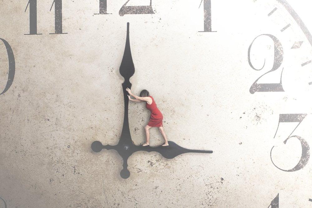 devojka gura kazaljke sata