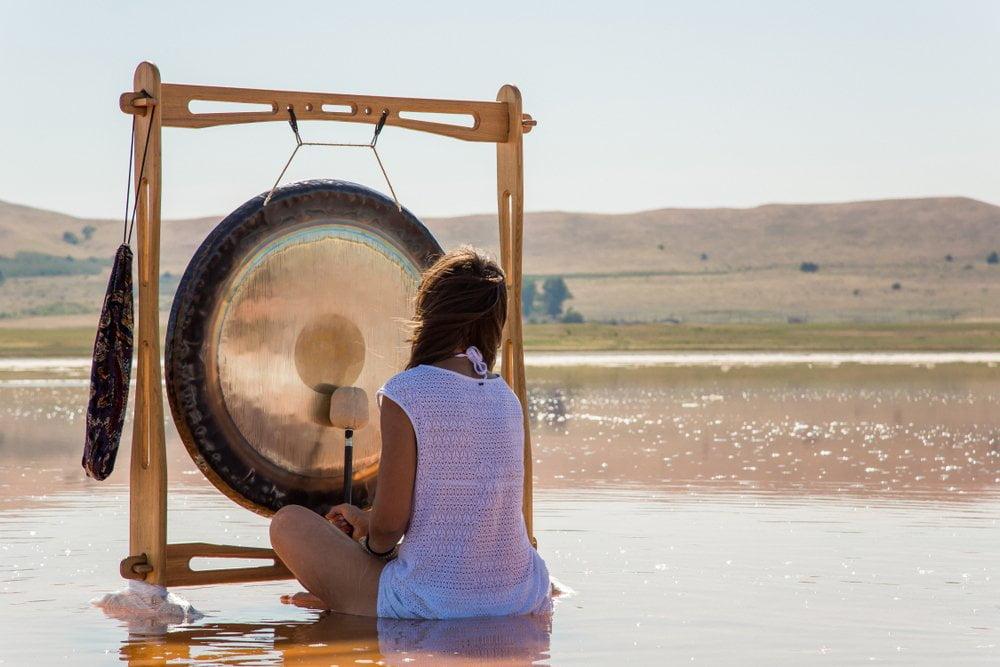 devojka udara u gong