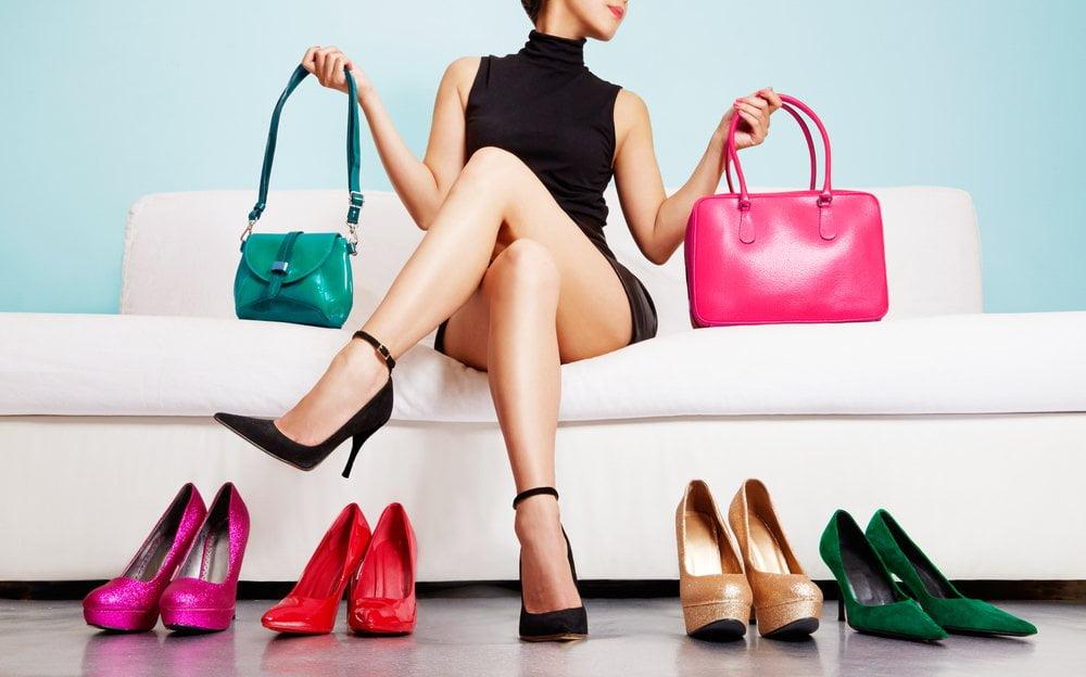 zena drzi tasne i cipele