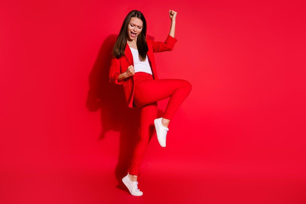 vesela devojka u crvenoj odeci