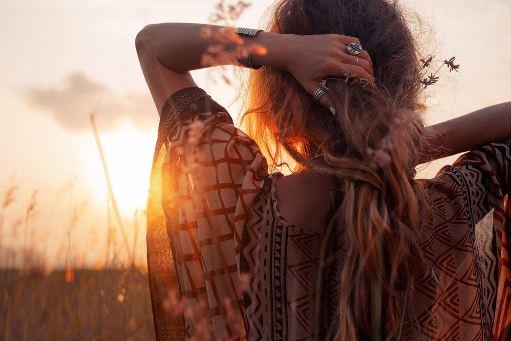 Zena u boho haljini na suncu
