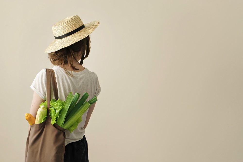 devojka sa prazilukom u torbi