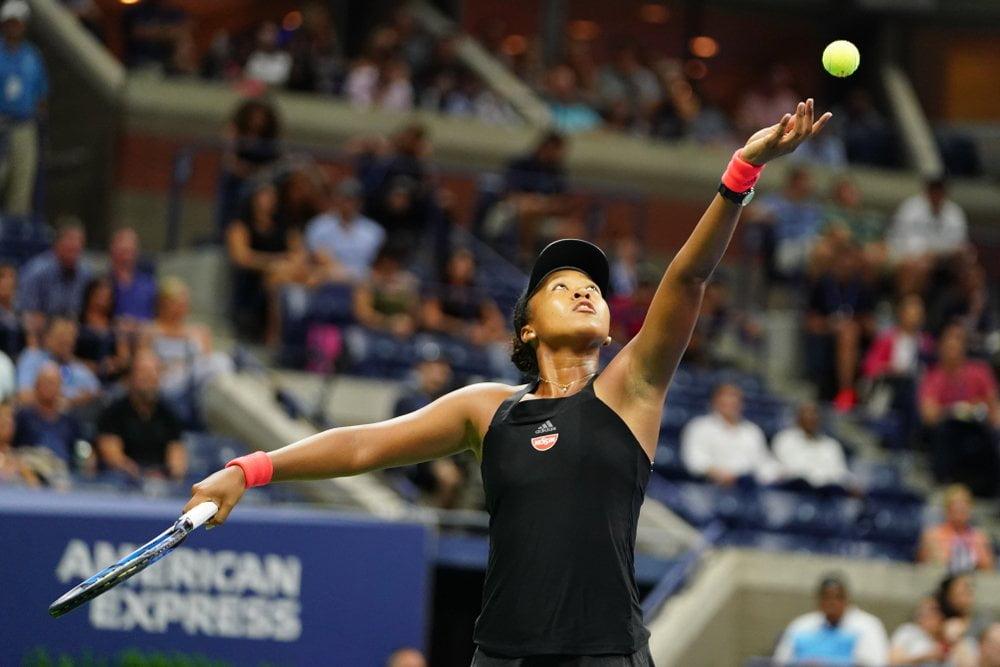 Naomi Osaka servira lopticu