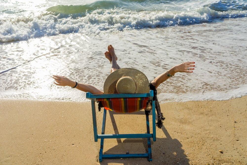 zena se sunca na plazi