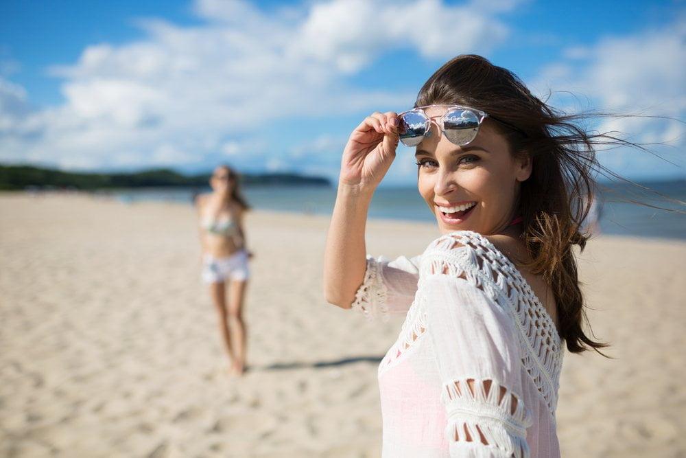 srecna zena na plazi