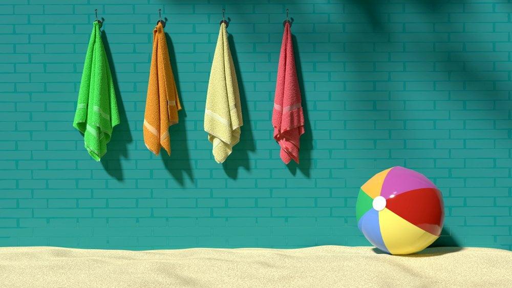 Peškiri za plažu zakačeni na zidu