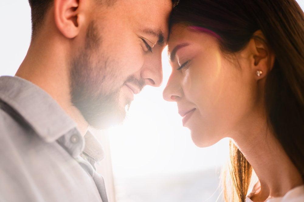 Partneri, muškarac i žena u zagrljaju