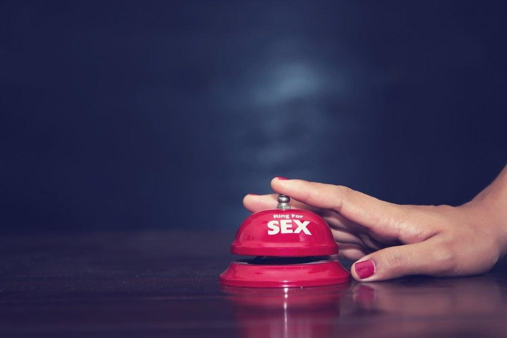 Ženska ruka i taster za sex