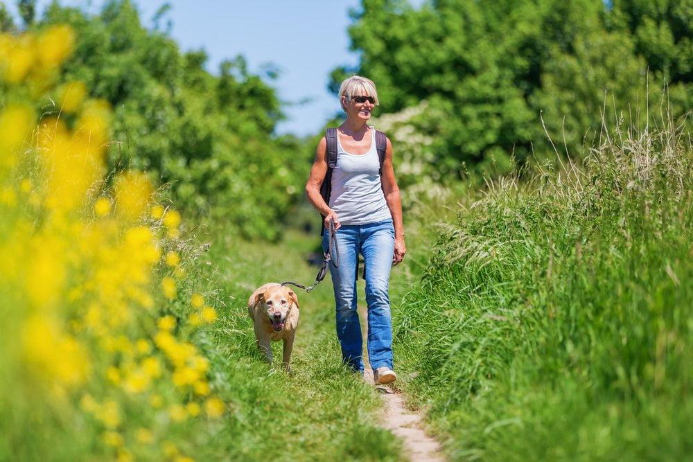 Žena i pas u prirodi