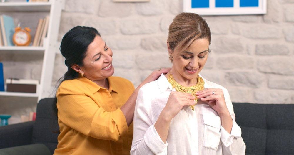 Majka i ćerka probaju nakit