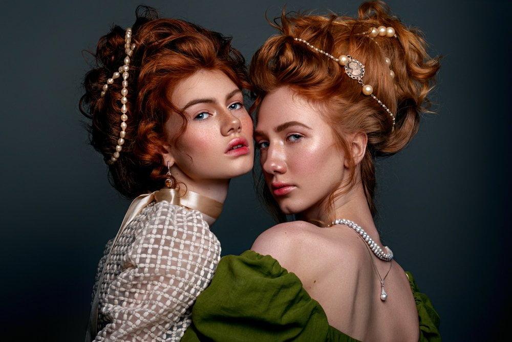 Dve žene sa punđama u stilu viktorijanskog doba