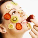 Žena sa maskom od voća