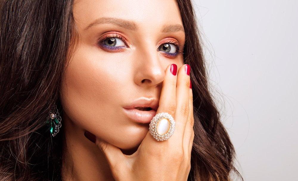Žena sa šminkom koja naglašava oko