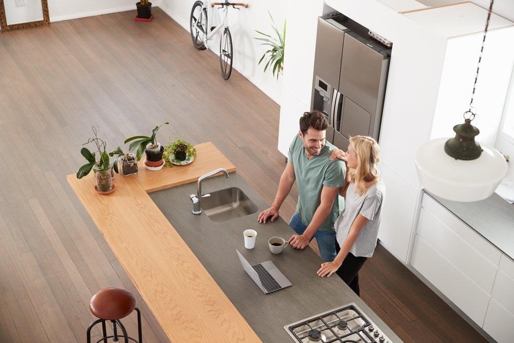 Par u moderno opremljenoj kuhinji