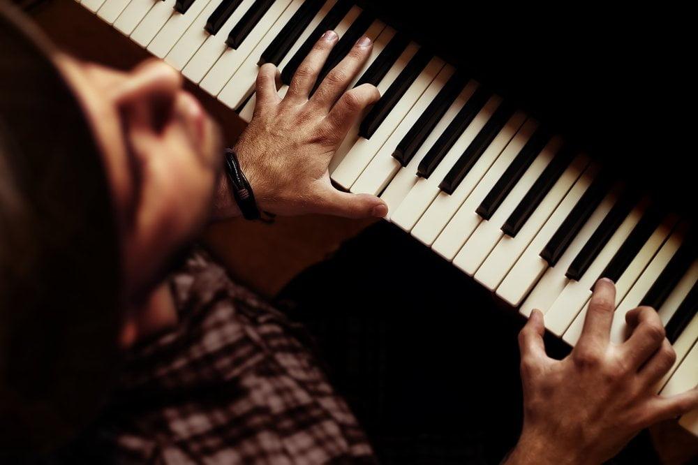 Milika pevač za klavirom
