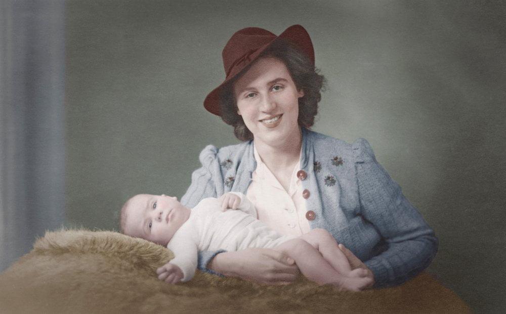 Stara slika žene sa bebom u rukama