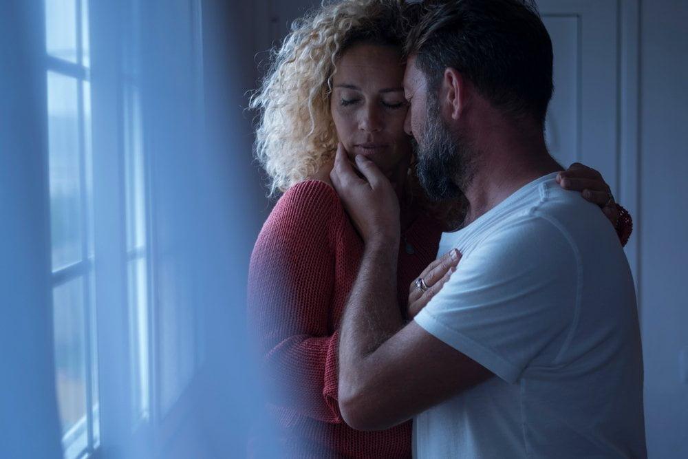 Par u ljubavnom zagrljaju