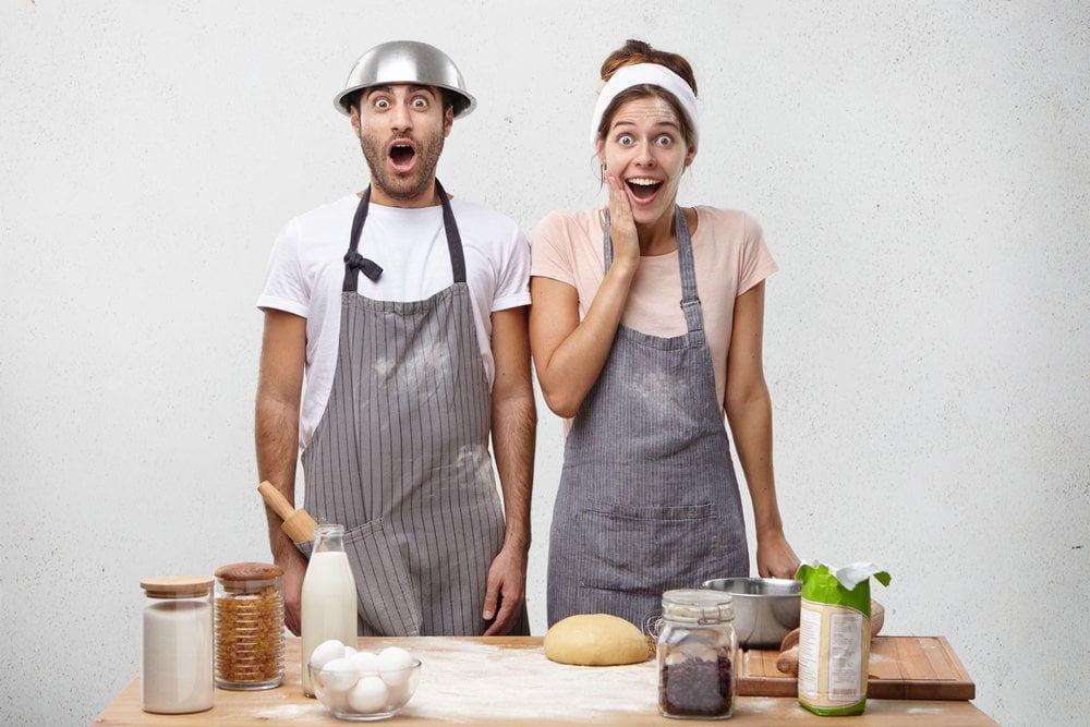 Par za kuhinjskim stolom, mesi testo